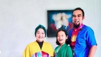 Tike Priatnakusuma dengan keluarganya. Foto: Instagram