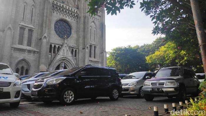 Katedral menyediakan parkir untuk jemaah salat Id di Istiqlal. (Foto: Alfons/detikcom)