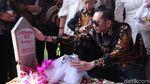 SBY, AHY dan Ibas Kompak Berbatik Saat Ziarah ke Makam Ani Yudhoyono