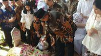 SBY dan keluarga ziarah ke makam Ani Yudhoyono di TMP Kalibata
