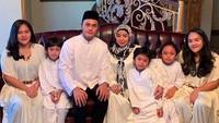 Muzdalifah dengan keluarganya lengkap dan suaminya. Foto: Instagram