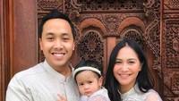 Kalau yang ini gaya kompaknya Caca Tengker, suami dan anaknya. Foto: Instagram