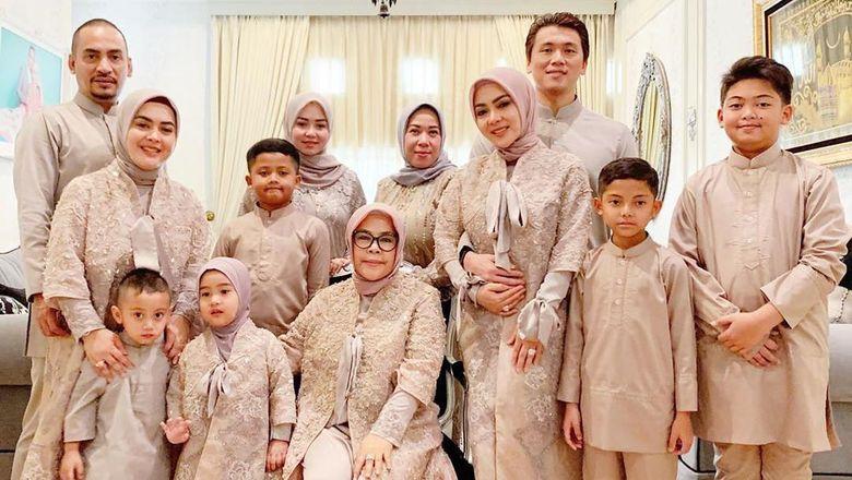 Ini gaya lebaran Syahrini dengan keluarganya plus Reino Barack. Foto: Instagram