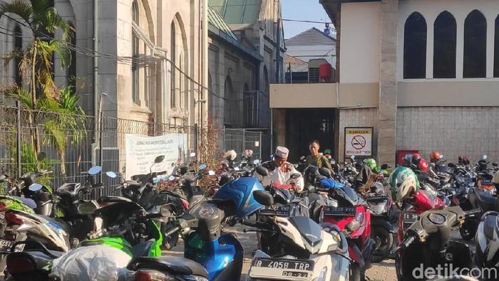 Foto: Katedral sediakan lahan parkir untuk jemaah salat Id Masjid Istiqlal. (Matius Alfons/detikcom)