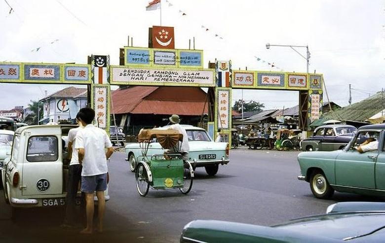 Foto warna ini diambil pada sekitar tahun 1960-an di Singapura. Menggambarkan seperti apa situasi di sana kala itu. Tampak masih ada becak berkeliaran. Foto: Vintages