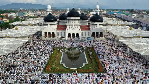 Muslims attend morning prayers to celebrate Eid al-Fitr, marking the end of the holy fasting month of Ramadan, at Baiturrahman Grand Mosque in Banda Aceh, Indonesia, June 5, 2019 in this photo taken by Antara Foto.  Antara Foto/Irwansyah Putra/ via REUTERS  ATTENTION EDITORS - THIS IMAGE WAS PROVIDED BY A THIRD PARTY. MANDATORY CREDIT. INDONESIA OUT.