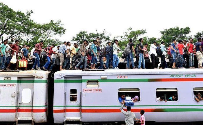 Namun etika menggunakan kereta di Bangladesh tergolong masih tidak tertib. Salim Reza/Xinhuanet.