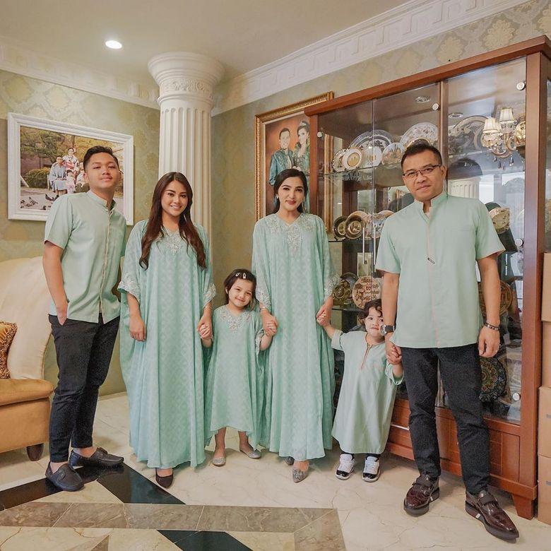 Keluarga Anang dan Ashanty kompak tampil serba hijau di momen Lebaran tahun ini. Foto: Instagram