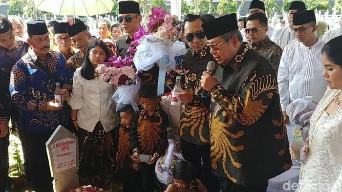 SBY dan keluarga berziarah ke makam Ani Yudhoyono di TMP Kalibata. (Jefrie/detikcom)