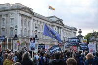 Aksi protes mewarnai kedatangan Trump di depan Istana Buckingham.