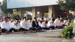 Usai Salat Id, Anies Silaturahmi dengan Warga di Balai Kota