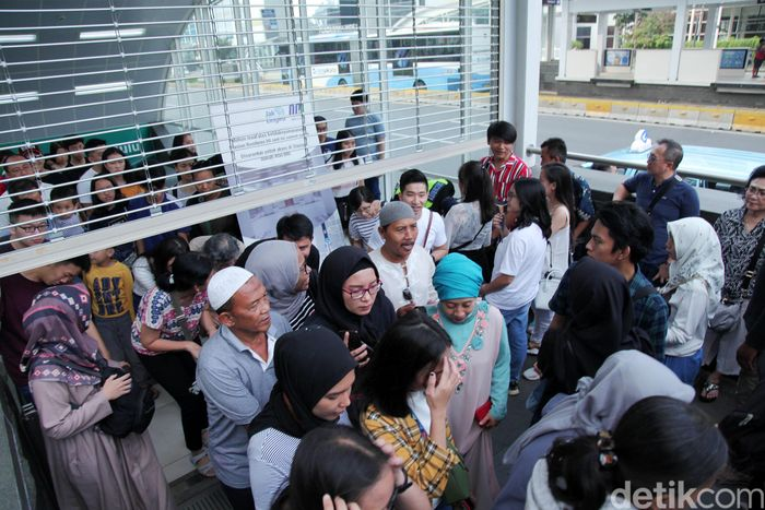Sistem buka tutup dilakukan di Stasiun Bundaran HI untuk mengurangi penumpukan penumpang.