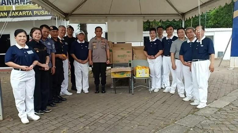 Apresiasi Situasi DKI Kondusif, Yayasan Budha Bagikan Makanan ke Brimob