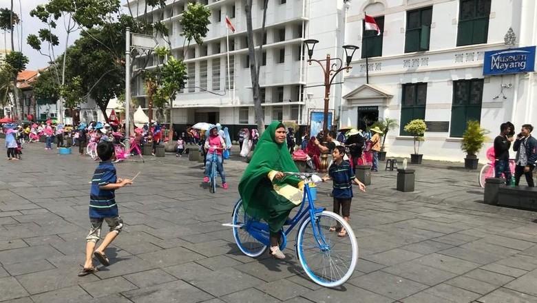 Berwisata ke Kota Tua, Warga Semringah Naik Sepeda Ontel