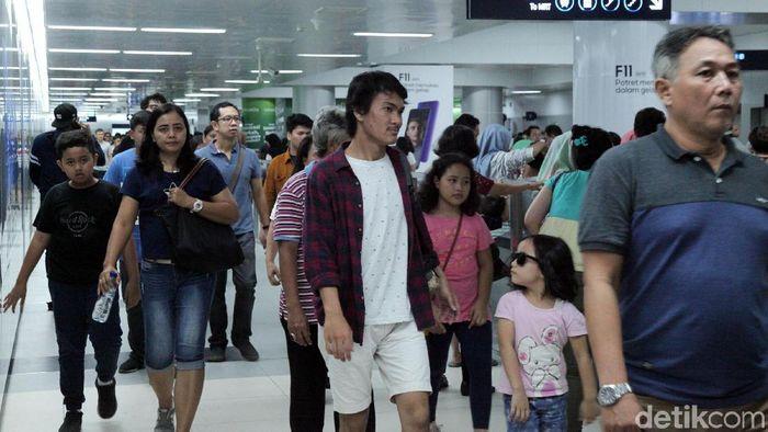 Ilustrasi Penumpang MRT Jakarta/Foto: Lamhot Aritonang
