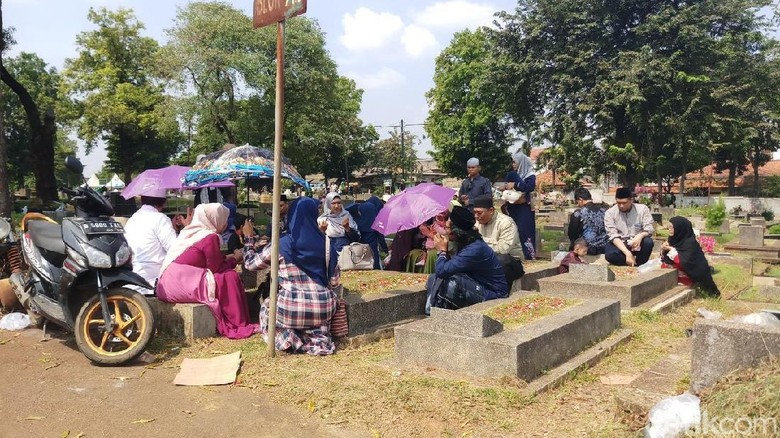 Hari Kedua Lebaran, TPU Jeruk Purut Ramai Didatangi Peziarah