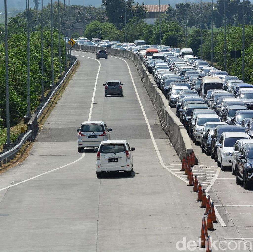 Tol dan Jalur Arteri Jombang Padat, Antrean Kendaraan Hingga 2 Kilometer