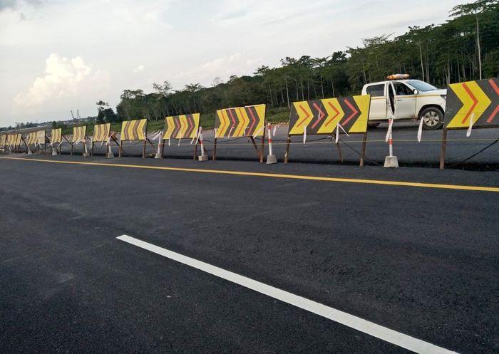 Jalur fungsional satu arah ini dibuka mulai tanggal 6 Juni 2019 hingga tanggal 13 Juni 2019 pada pukul 06.00 WIB – 16.00 WIB. Sementara dari Simpang Pematang ke arah Terbanggi Besar tetap diberlakukan dua jalur secara normal. Istimewa/Hutama Karya.