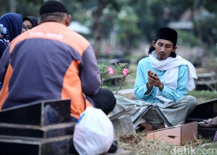 Sejumlah warga mencari rezeki dengan menyediakan jasa pembaca doa di TPU Karet Bivak.