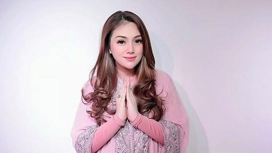 Gaya Lebaran Vicky Shu hingga Ussy Sulistiawaty