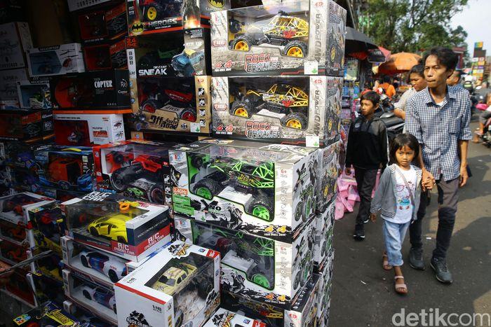 Setiap libur lebaran, pasar ini selalu dipadati warga yang ingin membelikan mainan untuk anak-anaknya.