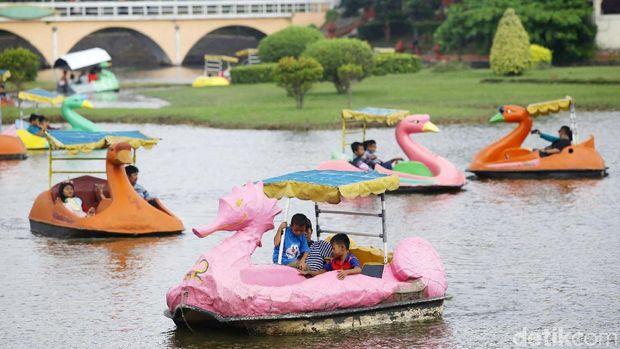 Taman Mini Indonesia Indah (TMII) juga dipenuhi pengunjung di hari kedua Lebaran, Kamis (6/6/2019). Pihak pengelola TMII menyebut setidaknya ada 35 ribu warga yang masuk TMII.