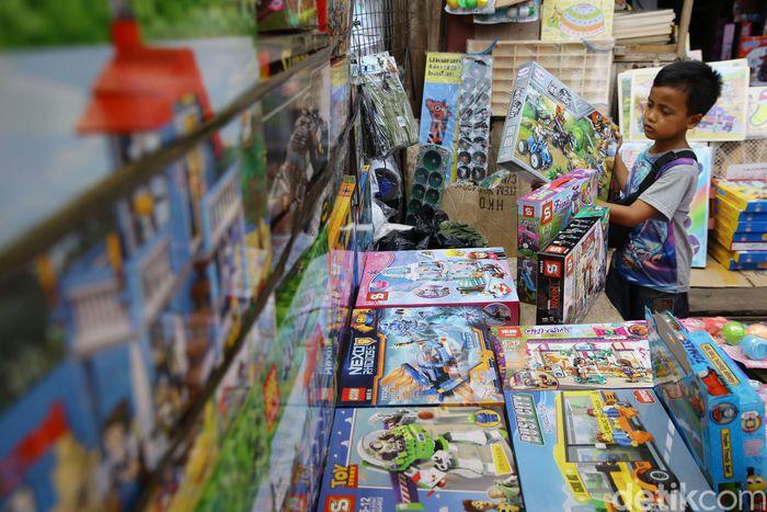 Warga memadati Pasar Gembrong untuk mencari mainan, Kamis (6/6/2019).
