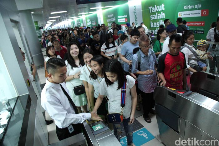 Penumpang MRT memadati Stasiun Bundaran HI, Jakarta Pusat.