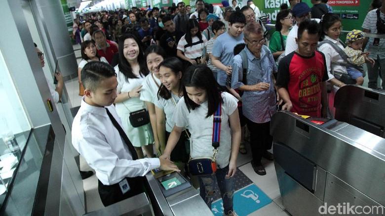 Warga memenuhi MRT saat Lebaran lalu Foto: Lamhot Aritonang