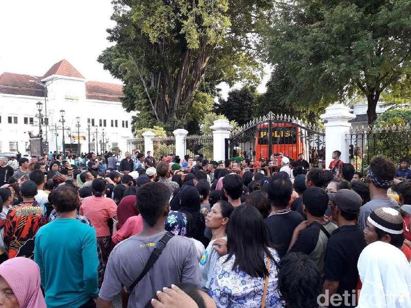 Ada Kabar Jokowi Bagi-bagi Sembako, Warga Berjejal di Malioboro
