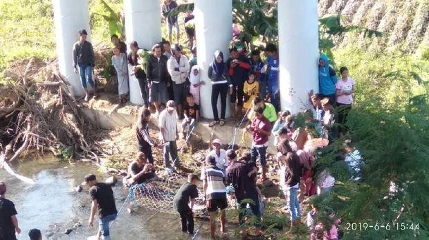 Warga Desa Emang Lestari antusias melihat buaya.