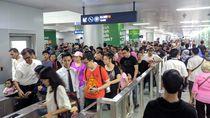 Lebaran Hari Kedua, Warga dan Wisatawan Antusias Naik MRT