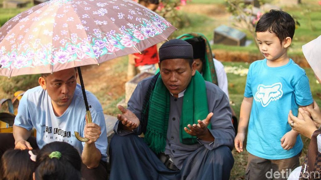 Momen Lebaran, Jasa Pembaca Doa di TPU Laris Manis