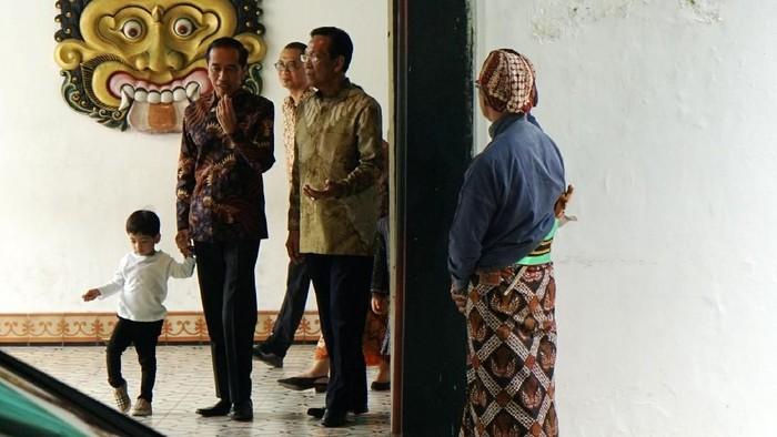 Presiden Joko Widodo (Jokowi) menemui Sri Sultan Hamengku Buwono (HB) X di Keraton Ngayogyakarta Hadiningrat, Jumat (7/6/2019). Dalam pertemuan tersebut Jokowi dan Sultan kompak mengenakan batik lengan panjang.