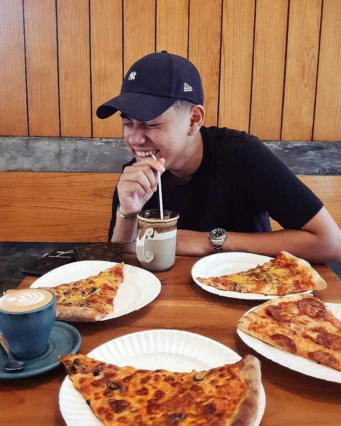 Mengintip Instagram pribadinya, penyanyi kelahiran Brunei Darussalam ini kerap bagika momen kulineran seru. Salah satunya saat makan pizza favoritnya ini. Foto: Instagram jaz_hayat
