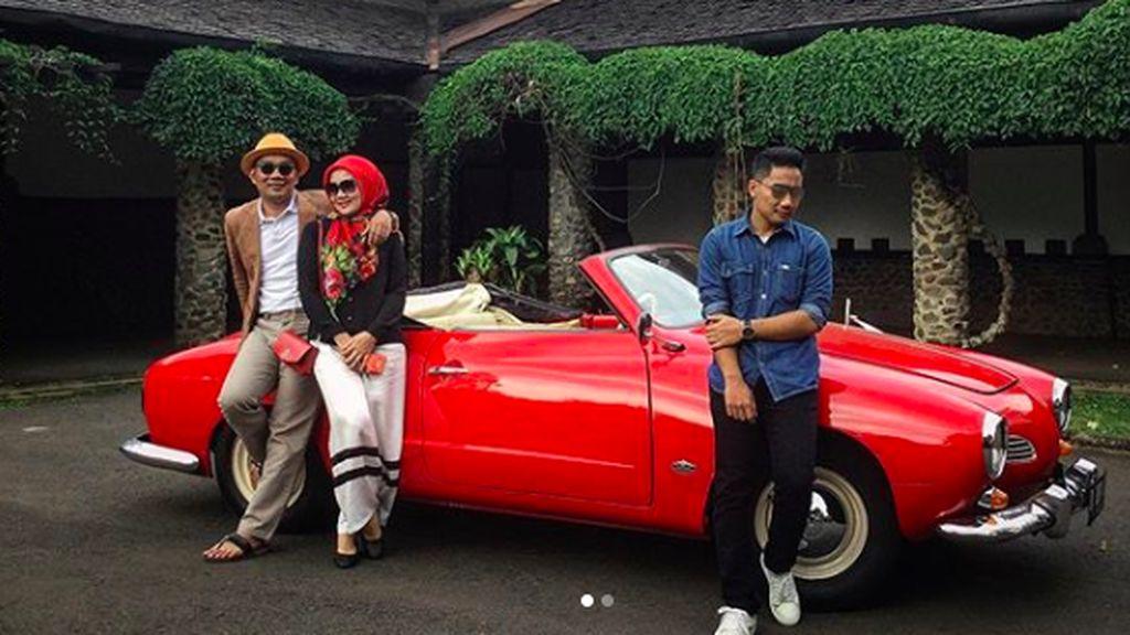 Pose Ridwan Kamil Mejeng di Depan Mobil Klasik VW