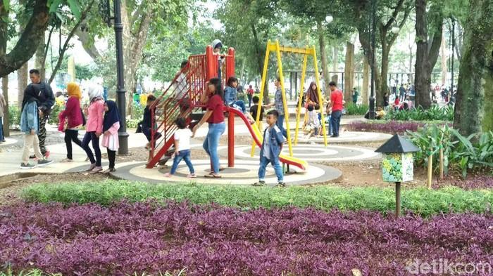 Warga padati taman-taman yang ada di Kota Bandung saat libur Lebaran.