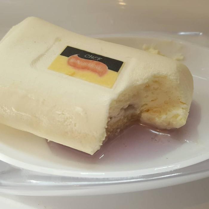 Sekilas mirip seperti sabun, kotak yang satu ini ternyata kue manis yang sengaja dibuat mirip seperti sabun di atas genangan air. Foto: Boredpanda