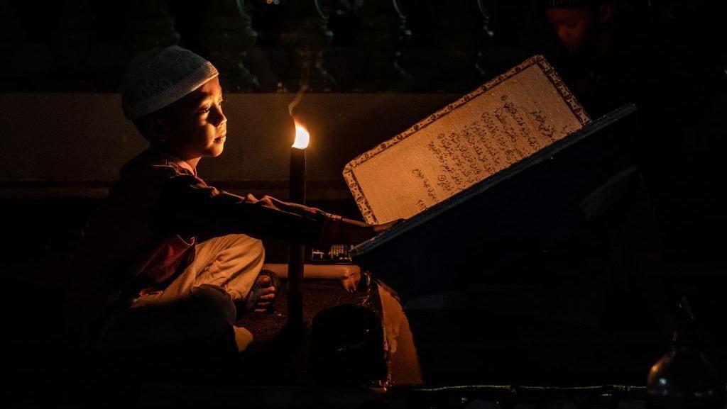 Seorang bocah sedang bersiap-siap merayakan malam takbiran menyambut Idul Fitri. (Foto: Ulet Ifansasti/Getty Images)