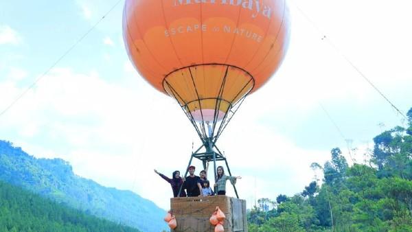 The Lodge Maribaya menjadi tempat menikmati keindahan alam sambil menaiki wahana ekstrem. Beberapa di antaranya yaitu, Hot Air Baloon, Sky Tree dan Zip Bike. (The Lodge Maribaya)