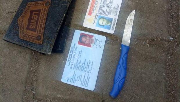 Pisau sebagai barang bukti dan kartu identitas pelaku.