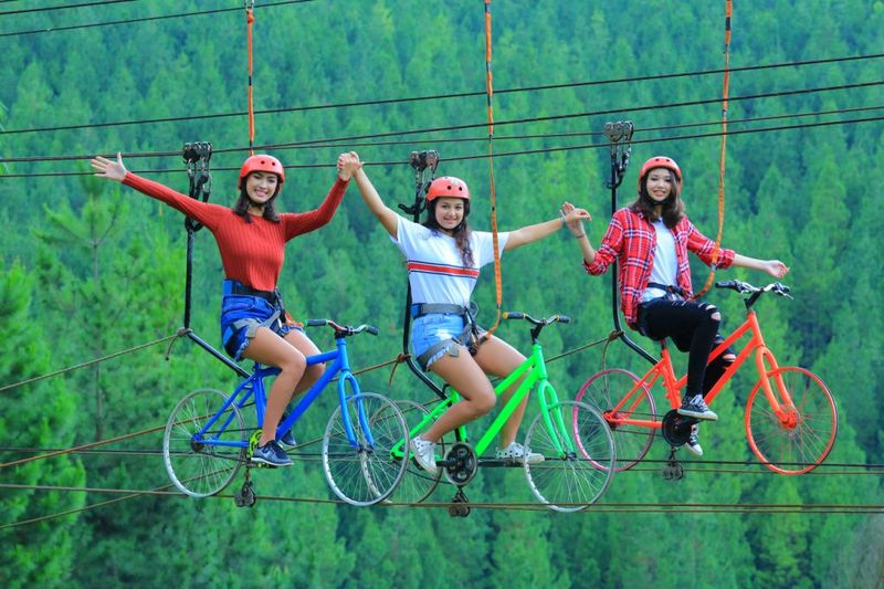 The Lodge Maribaya punya banyak spot foto menarik buat kamu yang hobi bernarsis ria. Salah satunya, sepeda terbang yang menantang ini. (Yudha Maulana/detikcom)