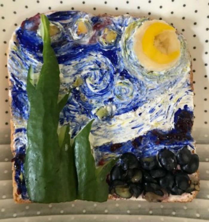 Roti yang satu ini dibuat mirip seperti lukisan terkenal The Strarry Night karya Van Gogh. Lengkap dengan buah dan selai yang jadi pemanisnya. Foto: Twitter