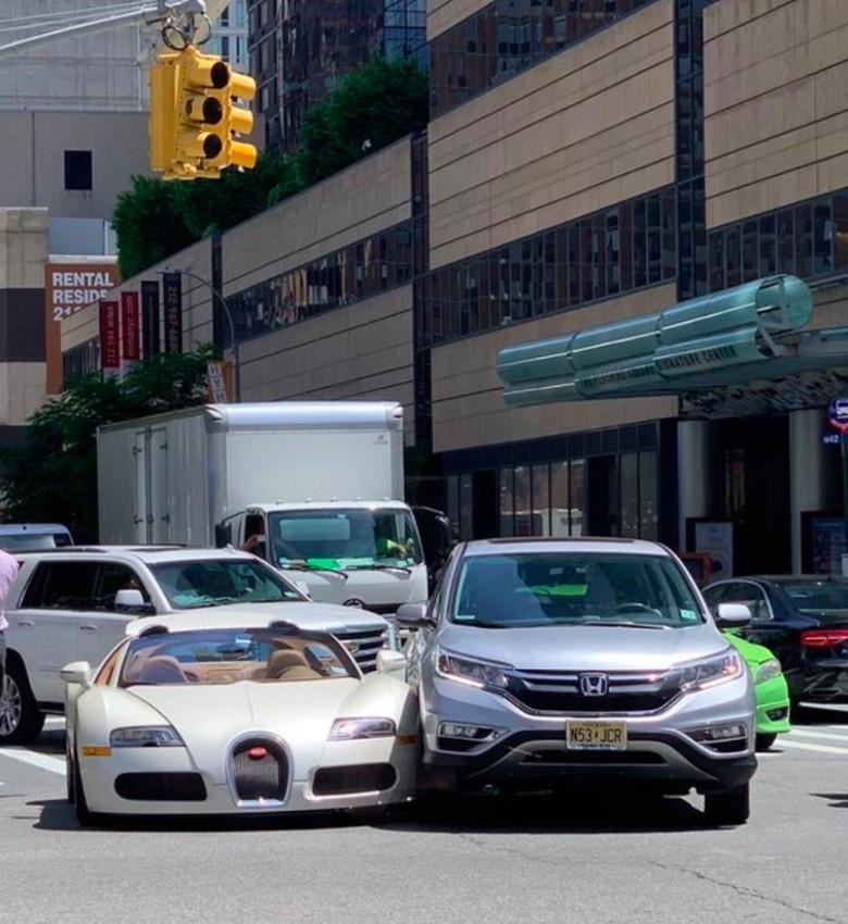 Bugatti baru keluar diler dipepet Honda CR-V. Foto: Twitter @icydrip