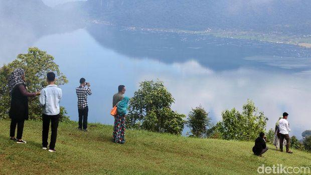 Puncak Lawang mungkin belum seterkenal Jam Gadang yang merupakan ikon Sumatera Barat. Tapi dari Puncak Lawang pengunjung bisa melihat keindahan Danau Maninjau dari ketinggian.
