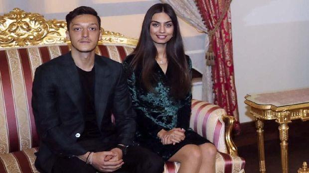 Mesut Oezil memutuskan menikahi Amine Gulse pada Jumat (7/6). (