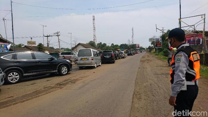 Lalu lintas menuju kawasan wisata Pantai Anyer, Banten macet (Iqbal-detikcom).