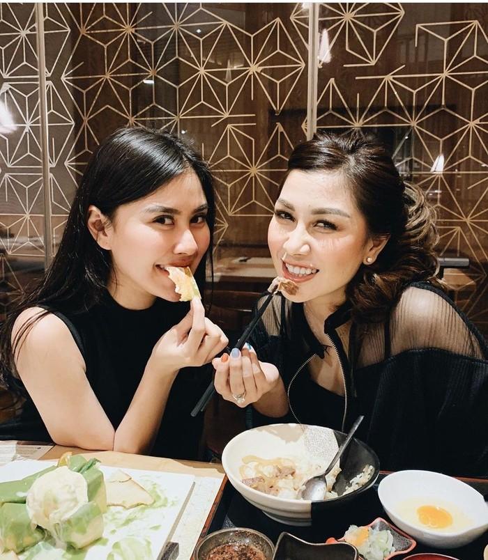 Syahnaz dan Nissya terlihat sedang menikmati makanan Jepang yang enak. Keduanya sama-sama doyan makan. Foto: Instagram@syahnazs