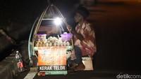 Adanya pedagang kerak telor ini turut melestarikan budaya Betawi dari segi makanan.
