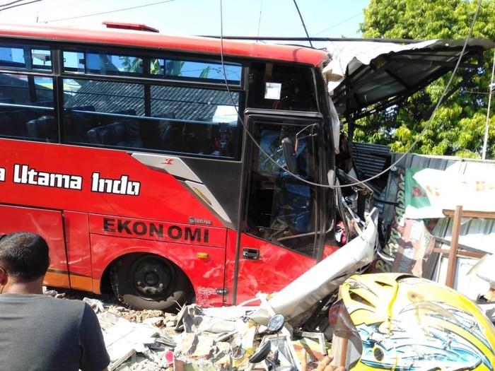 Bus yang ringsek usai tabrak rumah dan toko/Foto: Ainur Rofiq